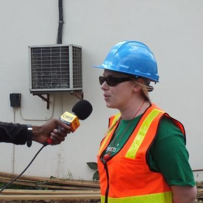 Interna de desarrollo internacional contestando entrevista en el extranjero.